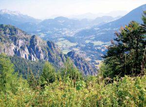 Aussicht vom Aussichtspunkt auf ein weites Tal