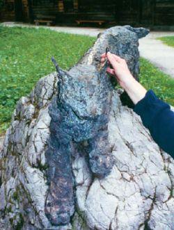 Eine Luchs aus Bronze auf einem Fels