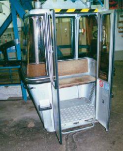 Gondel einer Seilbahn mit Einstiegsstufe