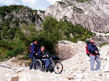 Ein spezieller Rollstuhl auf einem Gebirgspfad