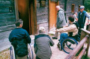 Eine Gruppe Wanderer vor dem Eingang zur Infostelle