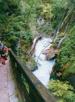 Foto einer steil abfallenden Gebirgsklamm