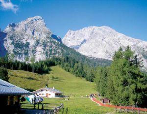 Im Vordergrund zwei Gebäude, im Hintergrund das Gebirge