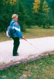 Blinde Person mit Langstock