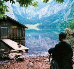 Ein Rollstuhlfahrer am Ufer des Obersees