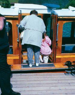 Älterer Fahrgast beim besteigen eines Ausflugsschiffes
