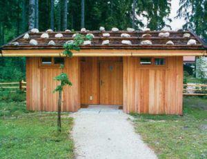 Ein Gebäude aus Holz, ähnlich einer Blockhütte