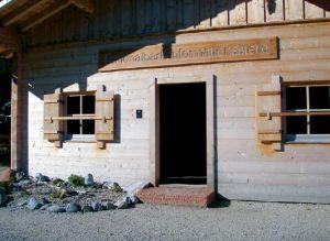 Die Infostelle Kühroint mit einer Stufe im Eingangsbereich