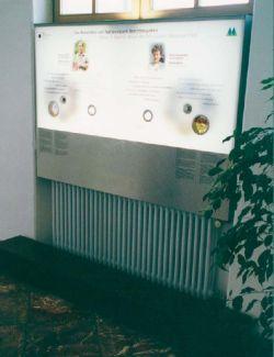 Abbildung der Infotafel mit Stufe davor