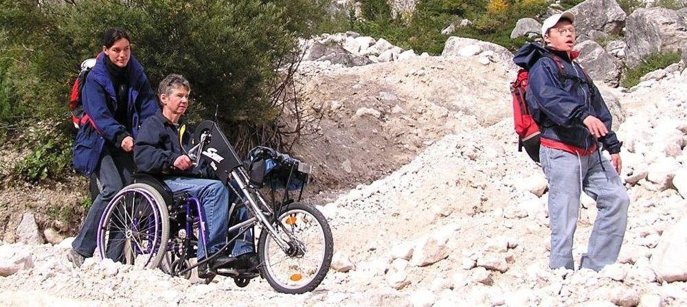 Das Titelbild zeigt behinderte Menschen beim Wandern durch eine Gebirgslandschaft und ist gleichzeitig Link zur Broschüre